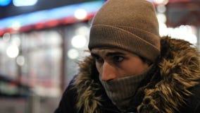 Knappe in mens die zich openlucht bij nacht in stad bevinden stock footage