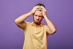 Knappe mens die zijn hoofd houden hij heeft vele fouten gedaan stock fotografie