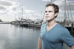 Knappe mens door de jachthaven Royalty-vrije Stock Foto