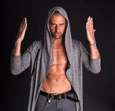 Knappe mens in grijze sweater Stock Afbeeldingen