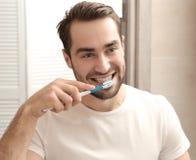 Knappe mens het borstelen tanden Stock Foto's