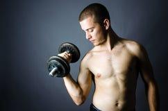 Knappe mens het opheffen gewichten Stock Foto