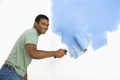 Knappe mens het schilderen muur. Stock Fotografie