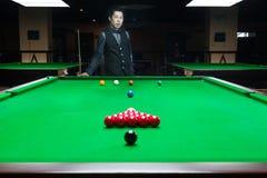 Knappe mens het spelen snooker stock afbeelding