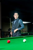 Knappe mens het spelen snooker stock foto