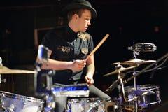 Knappe mens in hoed en het zwarte drumstel van overhemdsspelen Royalty-vrije Stock Foto's