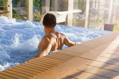 Knappe mens in Jacuzzi stock foto's