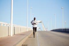 knappe mens in jogging op de brug Royalty-vrije Stock Afbeelding