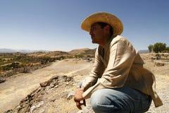 Knappe mens met een hoed, die over het land let op royalty-vrije stock fotografie