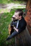 Knappe mens met gitaar stock foto