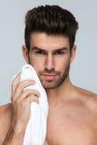 Knappe mens met handdoek Stock Fotografie