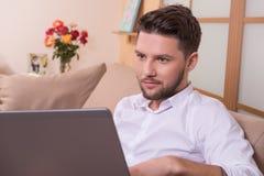 Knappe mens met notitieboekjecomputer Royalty-vrije Stock Foto