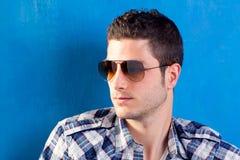Knappe mens met plaidoverhemd en zonnebril Royalty-vrije Stock Foto's