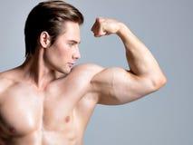 Knappe mens met sexy spier mooi lichaam. royalty-vrije stock fotografie