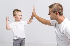 Knappe mens met zijn zoon op witte achtergrond royalty-vrije stock foto
