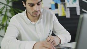 Knappe mens, ontwerper die in creatief agentschapbureau werken stock videobeelden