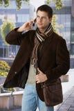 Knappe mens op telefoon in openlucht Royalty-vrije Stock Foto