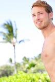 Knappe mens op tropisch strand Stock Afbeeldingen