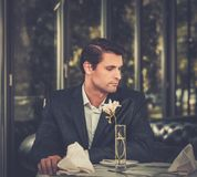 Knappe mens in restaurant Royalty-vrije Stock Afbeelding