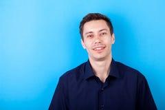 Knappe mens in toevallig overhemd op blauwe achtergrond royalty-vrije stock foto's
