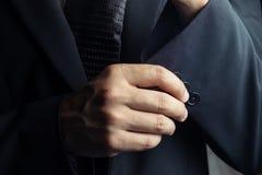 Knappe mens in zwart kostuum op een zwarte achtergrond Royalty-vrije Stock Afbeeldingen
