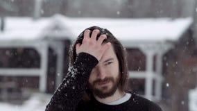 Knappe mens in zwarte sweater die zich voor het oude blokhuis bevinden stock footage