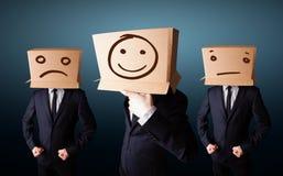 Knappe mensen in kostuum het gesturing met getrokken smileygezichten op doos stock illustratie