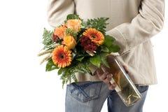 Knappe mensen wuth bloemen en wijn royalty-vrije stock fotografie