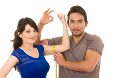 Knappe mensenholding die band meten rond dun Stock Fotografie