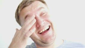 Knappe mensenlach close-up van een vrolijk mannelijk gezicht stock videobeelden