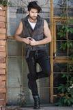 Knappe mensenmodel geklede punker, hipster stellen dramatisch in grun royalty-vrije stock afbeelding