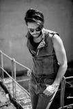 Knappe mensenmodel geklede punker, hipster stellen dramatisch in grun stock foto