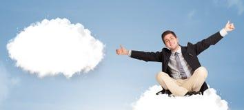 Knappe mensenzitting op wolk en het denken aan abstracte toespraakbu Stock Afbeeldingen