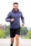 Knappe middenleeftijd jogger buiten Stock Afbeeldingen