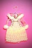 Knappe miniatuurkleding op hangers Royalty-vrije Stock Afbeelding