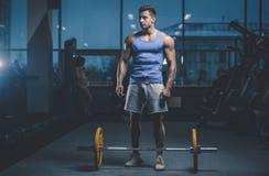 Knappe model jonge mensentraining in gymnastiek Stock Fotografie