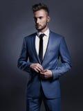 Knappe modieuze mens in blauw kostuum Royalty-vrije Stock Afbeelding