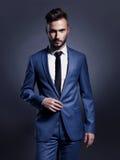 Knappe modieuze mens in blauw kostuum Stock Afbeelding