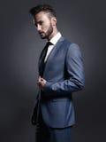 Knappe modieuze mens in blauw kostuum royalty-vrije stock afbeeldingen