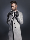Knappe modieuze mens in de herfstlaag Royalty-vrije Stock Afbeelding