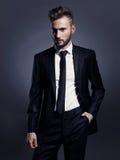 Knappe modieuze mens in zwart kostuum Royalty-vrije Stock Afbeelding