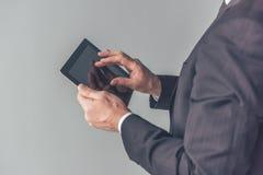 Knappe rijpe zakenman met gadget stock foto's