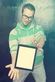 Knappe Slimme Mens Nerd met de Computer van de Tablet Royalty-vrije Stock Foto's