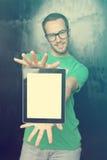 Knappe Slimme Mens Nerd met de Computer van de Tablet Stock Foto