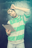 Knappe Slimme Mens Nerd met de Computer van de Tablet Stock Afbeelding