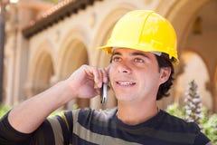 Knappe Spaanse Contractant op Telefoon met buiten Bouwvakker Royalty-vrije Stock Afbeeldingen