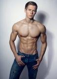 Knappe spier jonge bodybuilder die zijn spieren en abs tonen royalty-vrije stock fotografie