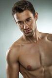 Knappe spiermens die halve naakt, close-upfoto stellen Stock Afbeelding
