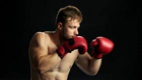 Knappe sportman tijdens sportgelijke stock videobeelden