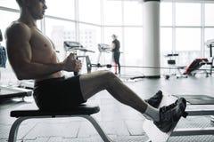 Knappe sterke atletische mensen die omhoog bodybuilding het conceptenachtergrond pompen van de spierentraining - het spierbodybui stock fotografie